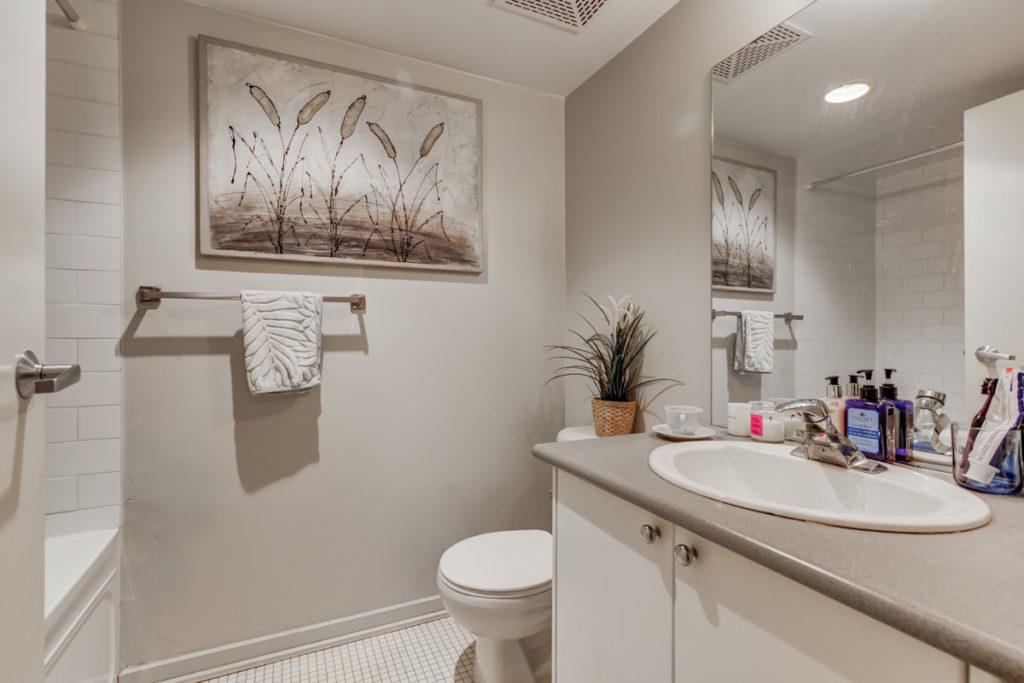 421-388 Richmond West bathroom