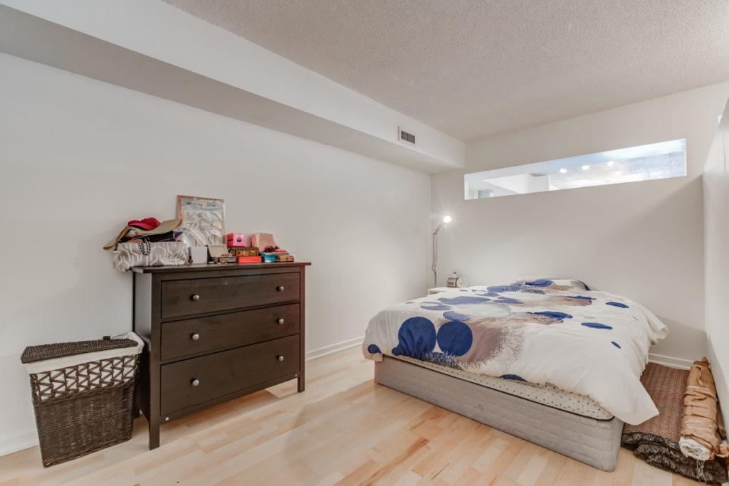 421-388 Richmond West bedroom