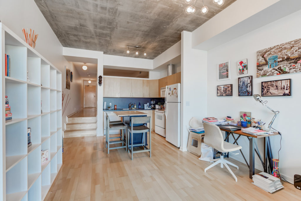 421-388 Richmond West kitchen